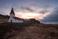 Lutherankyrka i Vik iceland royaltyfria bilder