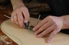 Luthier делает розеткой установки классическую гитару Стоковая Фотография