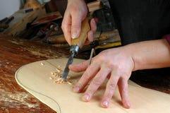 Luthier делает розеткой установки классическую гитару Стоковое Изображение