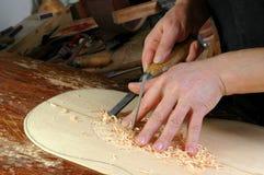 Luthier делает розеткой установки классическую гитару Стоковые Изображения