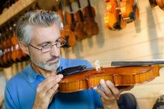 Luthier concentreerde zich op baan stock afbeeldingen