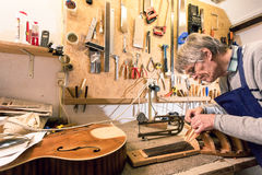 Luthier die bij het snijden van een luit de nadruk leggen Royalty-vrije Stock Foto