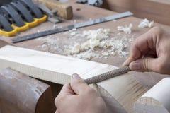 Luthier die neer indienen Stock Foto