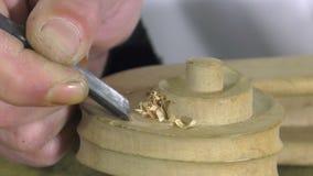 Luthier esculpe una cabeza del violoncelo almacen de metraje de vídeo