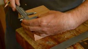 Luthier i fabricering av en gitarrmastil, slut upp stock video
