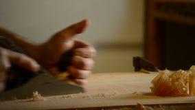 Luthier lub ciesielka z drewnianym strugarki drewnem w akci zbiory wideo