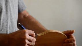 Luthier que trabaja en un violín en lugar de trabajo almacen de video