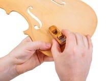 Luthier utilisant le petit avion de main photos stock