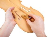 Luthier utilisant le petit avion de main images stock