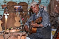 Luthier w Paracho Meksyk bada gitarę Zdjęcia Stock