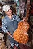 Luthier w Paracho Meksyk trzyma up gitarę w jego sklepie Fotografia Royalty Free