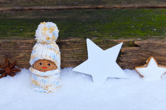 Lutin entre les étoiles dans la neige Photographie stock