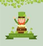 Lutin mignon de bande dessinée sur le barillet de bière pour le jour de St Patrick Photos stock