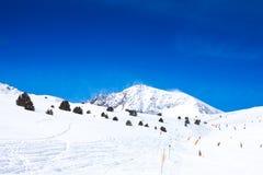 Lutning för att skida i berg Arkivfoto