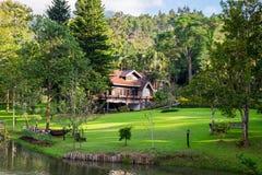 Lutning för grön dal för hussemesterort i trädgård Arkivfoton