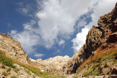 Lutningarna av de Tien Shan bergen med moln Arkivfoton