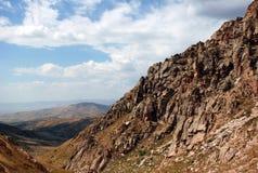 Lutningen av bergen av västra Tien Shan i Uzbekistan royaltyfria foton