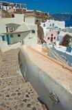 Lutningen av Oia på Santorini, Grekland Royaltyfri Fotografi
