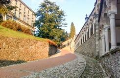 Lutningen till den Udine slotten, Italien Arkivfoto