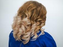 Lutningfärg på kvinnors lockiga hår close upp royaltyfri fotografi