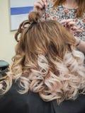 Lutningfärg på kvinnors lockiga hår close upp royaltyfria foton