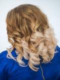 Lutningfärg på kvinnors lockiga hår close upp arkivfoton