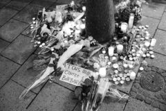 Luto en la gente de Estrasburgo que paga tributo a las víctimas de Terro imagen de archivo