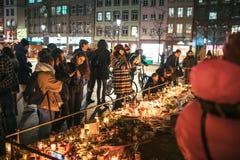 Luto en la gente de Estrasburgo que paga tributo a las víctimas de Terro imagen de archivo libre de regalías