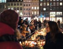 Luto en la gente de Estrasburgo que paga tributo a las víctimas de Terro imagenes de archivo