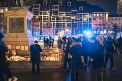 Luto en la gente de Estrasburgo que paga tributo a las víctimas de Terro fotografía de archivo