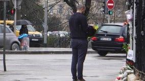 Luto ruso de la embajada del consulado de víctimas del fuego en Zimnyay almacen de metraje de vídeo