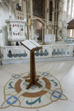 Lutrin dans une belle église Photos libres de droits