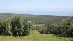 Lutsen, MN/USA - Juli 2012: De meermeerdere en het omringende landschap zoals die van de Top van de Amerikaanse elandenberg wordt stock footage
