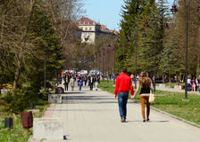 Lutsk som är sentral parkerar av huvudbyggnad för det Lutsk whisuniversitetet Royaltyfri Fotografi
