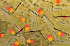 LUTSK, UCRÂNIA - 3 de fevereiro de 2019: Pilha dos cartões MasterCard, do crédito, do débito e de eletrônico, em Lutsk, Ucrânia,  imagens de stock royalty free