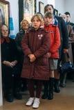 LUTSK, UCRÂNIA - 14 DE OUTUBRO DE 2017: Paroquianos ucranianos da igreja ortodoxa durante a celebração religiosa eslavo Pokrov foto de stock royalty free