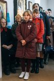 LUTSK, UCRANIA - 14 DE OCTUBRE DE 2017: Feligreses ucranianos de la iglesia ortodoxa durante la celebración religiosa eslava Pokr foto de archivo libre de regalías