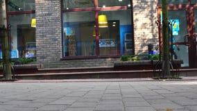 Lutsk, Ucrania 27-06-2018 pies de la muchedumbre del concepto con el primer de los zapatos Gente anónima que camina en la calle almacen de video