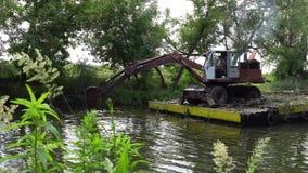 2018 06 27, Lutsk Ukraine La rivière de Nemunas près du dragage allant de château fonctionne clips vidéos