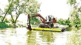2018 06 27, Lutsk Ukraine La rivière de Nemunas près du dragage allant de château fonctionne banque de vidéos