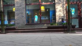 Lutsk, Ukraine 27-06-2018 pieds de foule de concept avec le plan rapproché de chaussures Personnes anonymes marchant sur la rue banque de vidéos
