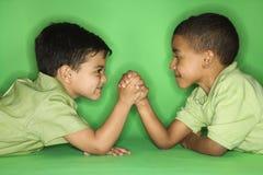 Lutte de bras de garçons. image libre de droits