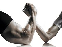 Lutte de bras intense et faible d'hommes Photo stock
