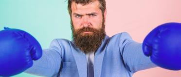 Lutter pour la r?ussite commerciale Homme d'affaires dans le costume formel pr?t ? attaquer ou d?fendre Fort et puissant Affaires photographie stock
