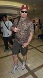 Lutteur Steve froid en pierre Austin à l'aéroport de LAX Image stock