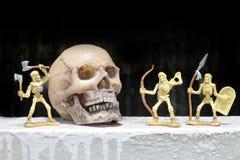 Luttez le squelette avec le crâne humain dans la nuit, toujours style de vie Photographie stock libre de droits