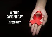4 Luty, Światowy nowotworu dzień z faborkiem na ludzkiej ręce dla kampania plakata o nowotworze fotografia stock