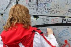 Luty 20 2018, Belfast Północny - Ireland: Redakcyjna fotografia kobiety podpisuje pokój ścianę która lokalizuje wewnątrz zdjęcie royalty free