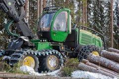 Luty 24 2018 John Deere żniwiarz w szwedzkim śnieżnym zimnym lesie zdjęcia stock