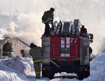2018 Luty 22, A samochód strażacki i palacze, gasimy ogienia Rosja godziny krajobrazu sezonu zimę Zdjęcie Stock